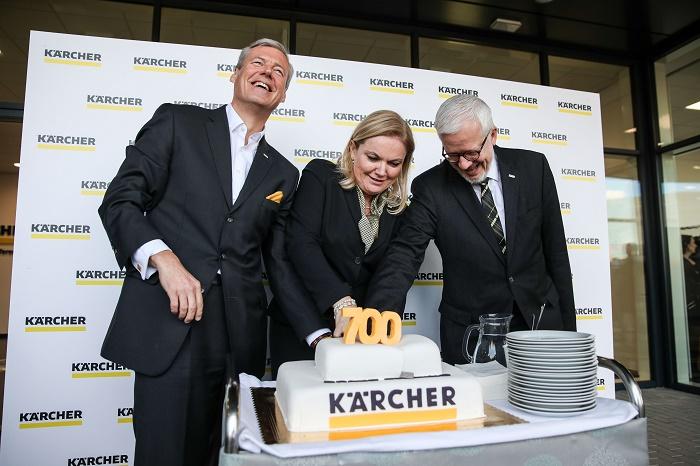 Krájení dortu u příležitosti otevření 700. centra Kärcher ve světě (zleva): předseda představenstva společnosti Hartmut Jenner, jednatelka českého zastoupení Milada Skutilová a syn zakladatele a majitel Johannes Kärcher, zdroj: Kärcher