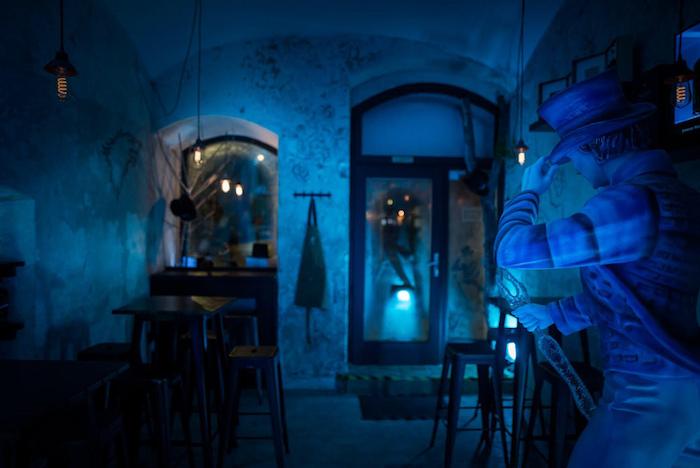Bar je barevně osvětlen do zimní modré, zdroj: Stock Plzeň-Božkov.
