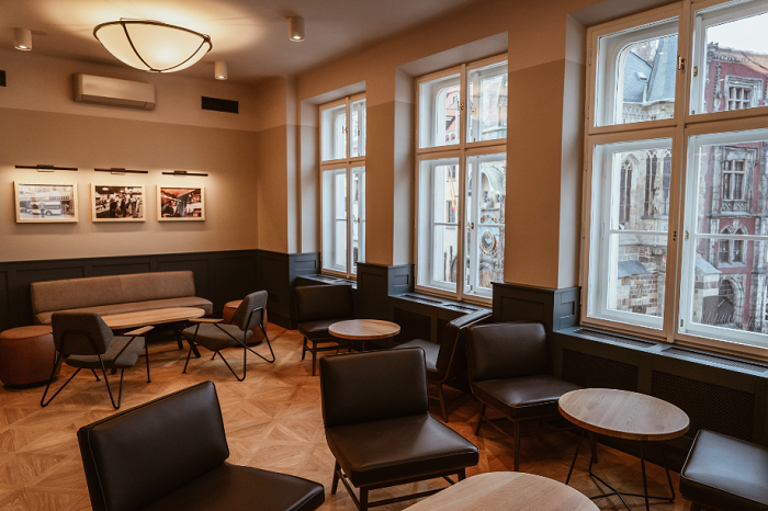 Interiér kombinuje dřevěné podlahy a kožený nábytek v přírodních barvách, zdroj: Starbucks.
