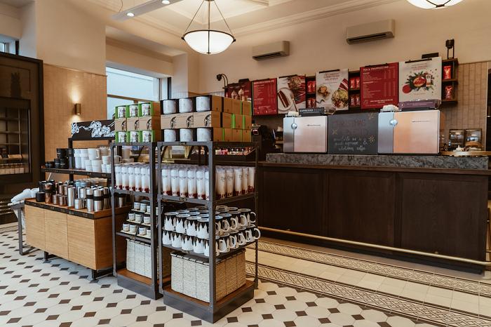 Kavárenský bar je umístěn v přízemí, zdroj: Starbucks.