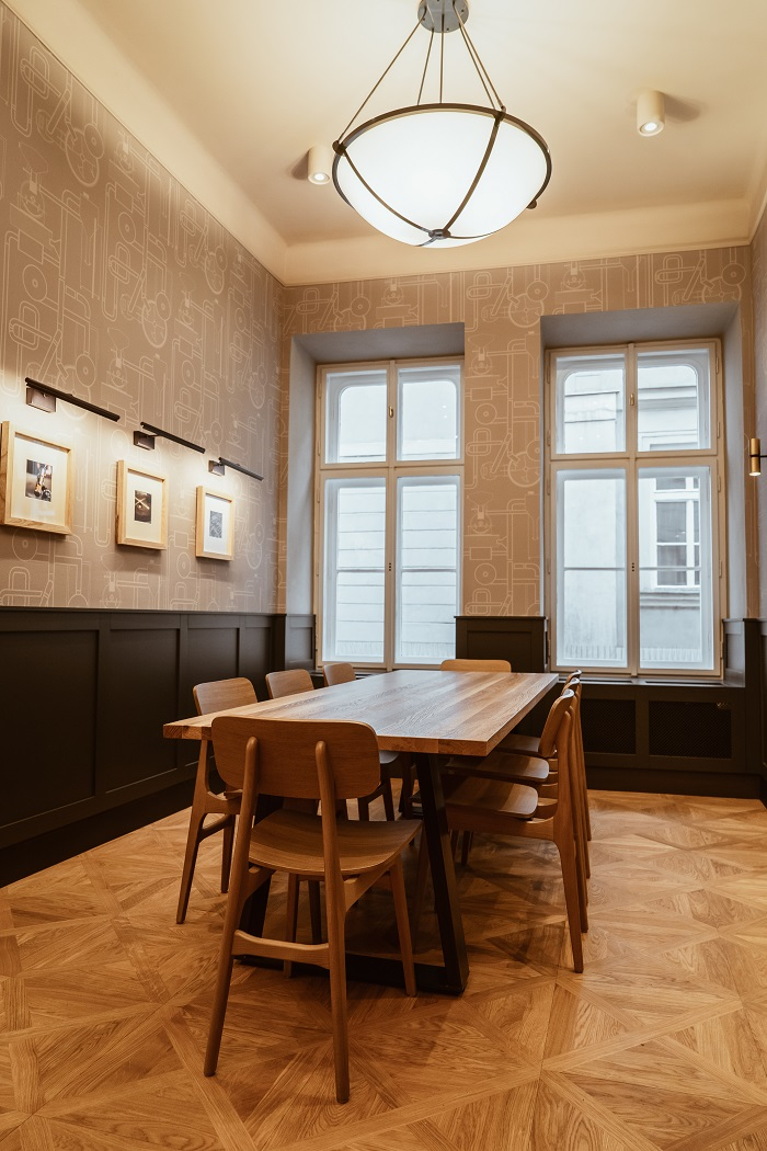 Stěny jsou vyzdobeny hodinářskou tematikou, zdroj: Starbucks.