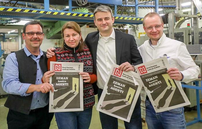 Vedení Deníku N s prvním vydáním, foto: twitterový účet Jána Simkaniče