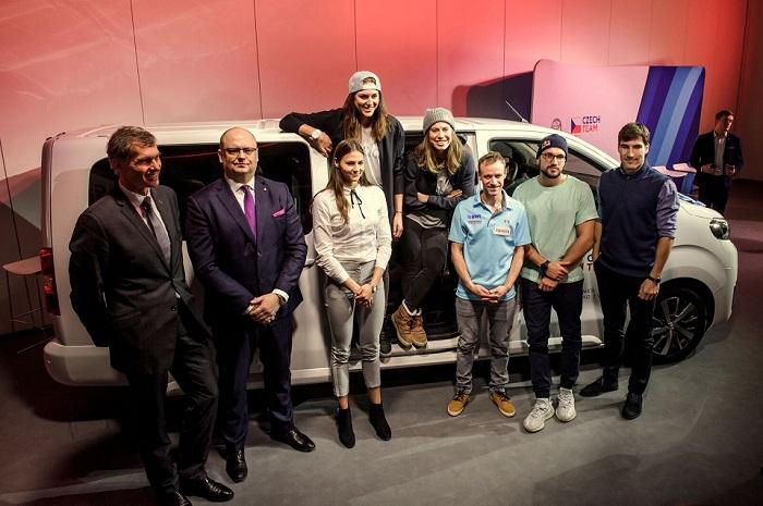 Zleva Jiří Kejval, šéf ČOV, Martin Peleška, ředitel české pobočky Toyota a čeští olympionici (Zdroj: Toyota)
