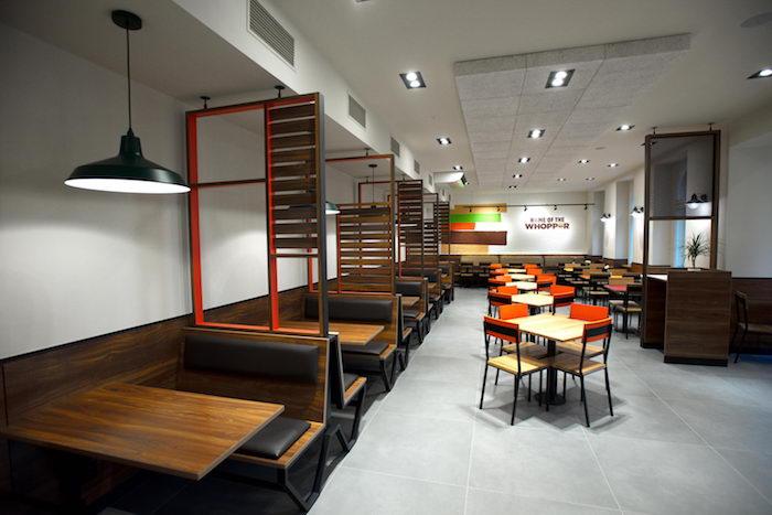 Interiér pracuje s kombinací dřeva a oceli, zdroj: AmRest.