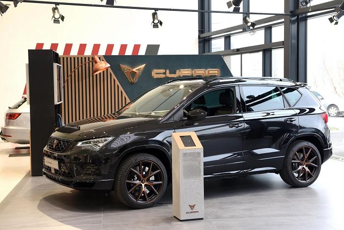 V prvním dealerství Cupra v České republice je vystaven první sériově vyráběný model SUV Cupra Ateca, zdroj: Porsche ČR.