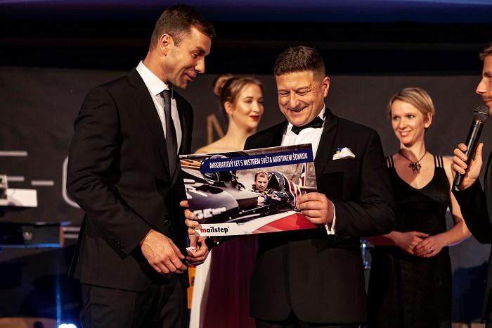 Předání hlavní výhry v tombole - akrobatický let s mistrem světa série Red Bull Air Race Martinem Šonkou (na snímku je první zleva), zdroj: Zásilkovna.