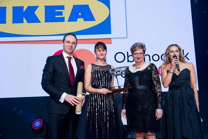 Absolutním vítězem se již pošesté stala IKEA (zleva): Miroslav Lukeš (Mastercard), Nina Maláková (IKEA), Marta Nováková, ministryně průmyslu a obchodu, moderátorka Lucie Výborná, zdroj: Mastercard