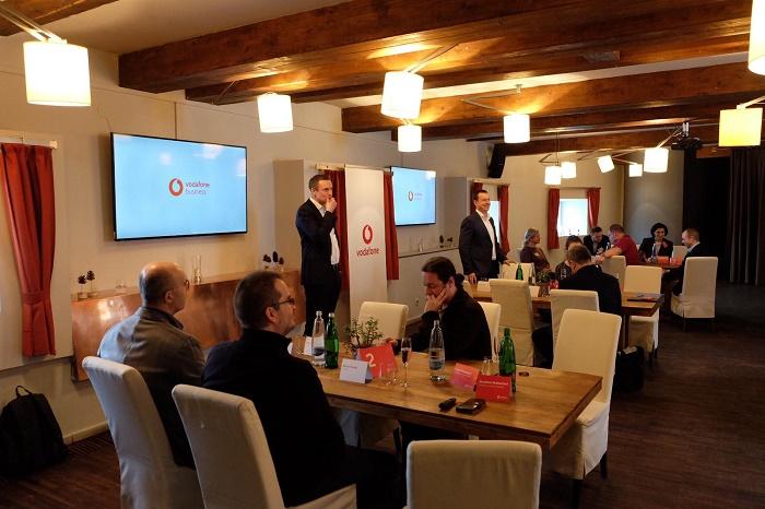 Prezentace se ujali generální ředitel Vodafone Petr Dvořák (stojící vpravo) a Jonathan Rutherford, viceprezident pro firemní zákazníky (vlevo), foto: Vodafone.