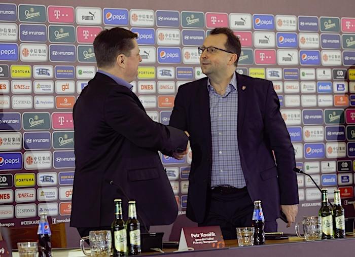 Generální ředitel společnosti Pivovary Staropramen Petr Kovařík a předseda Fotbalové asociace ČR Martin Malík při podpisu partnerství, zdroj: Pivovary Staropramen