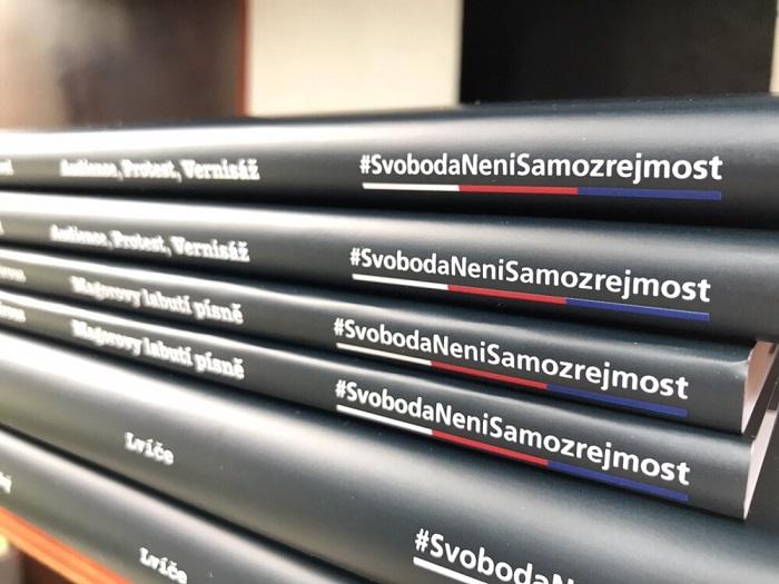 O2 dá vybraných knihobudek knihy od autorů, kteří nemohli v době totality vydávat své knihy, zdroj: O2.
