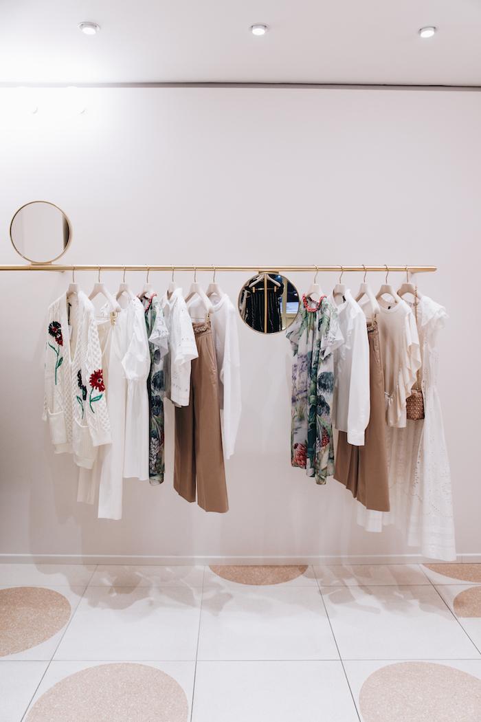 Interiér butiku si hraje s kombinací bílé, růžové a okrové barvy, zdroj: Literix Group.