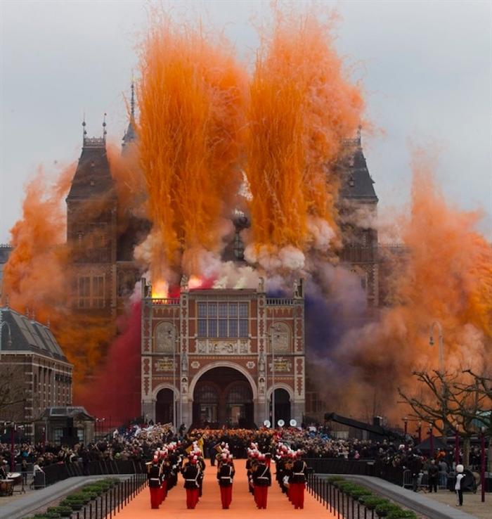 Oranžový ohňostroj při znovuotevření Rijskmusea zaujal média po celém světě.