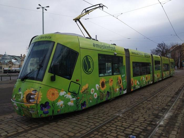Weleda letos obrandovala i jednu pražskou tramvaj, zdroj: Weleda.