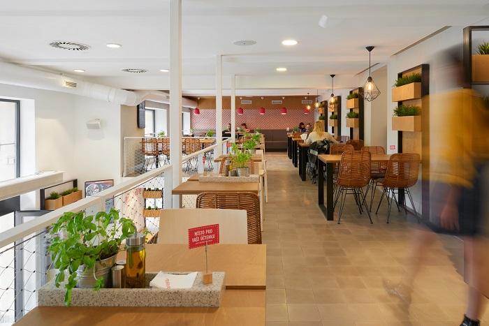 Restaurace je dvoupatrová, kde pracuje s přírodními materiály, světlými barvami i živými bylinkami, zdroj: 360pizza.