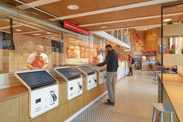 V restauraci 360pizza si návštěvníci svou pizzu objednají přes samoobslužné kiosky, zdroj: 360pizza.