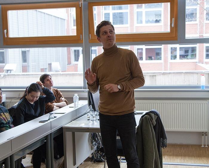 Roman Číhalík seznamuje studenty VŠE s principy hlasování na ADC Creative Awards, foto: ADC.