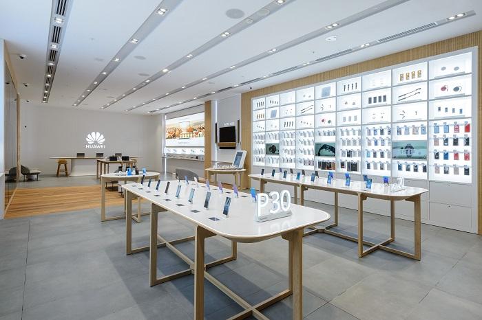 V prodejně je k dostání kompletní sortiment produktů Huawei určených pro Českou republiku, zdroj: Huawei.