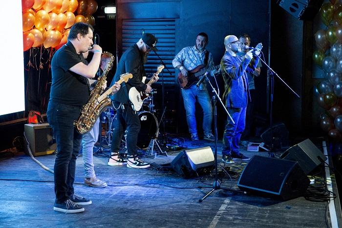 """Večer uvedla sestavená kapela ze """"samých kreativních říďů"""". Na saxík například zahrál Tomáš Belko z Ogilvy, na kytaru Hadji Moussa z DDB a za mikrofon stál Marek Hlavica z AKA, foto: Zuzka Bönisch."""