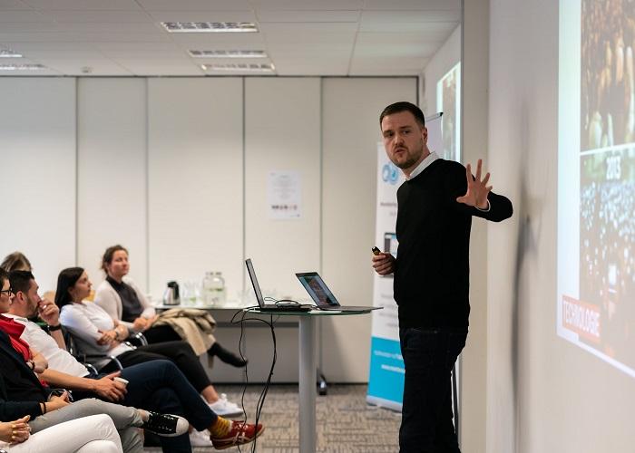 Filip Vích ze Seznam Zpráv přednáší na konferenci PR Work, foto: PR Klub.