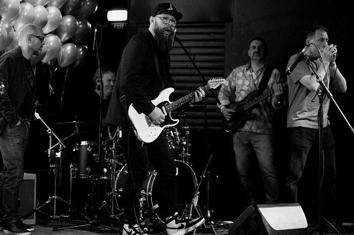 Na kytaru hrál Hadji Moussa (DDB), na baskytaru Jáchym Bašek (Basetrax) a na foukací harmoniku Martin Charvát (Haze), foto: Zuzka Bönisch.