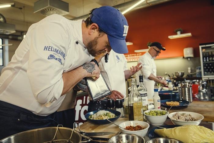 Scott Van Wagenen vaří v pop-up restauraci značky Hellmann's, zdroj: Unilever.