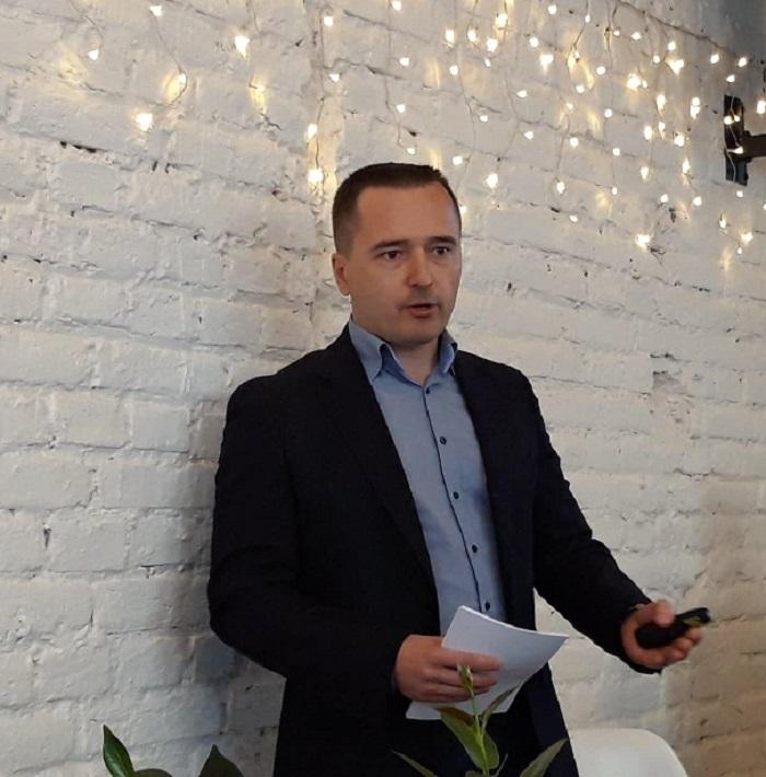 Michal Farník, jednatel Lidl ČR hovoří na tiskové konferenci o změnách ve složení potravin vlastních značek, které chce řetězec uskutečnit do roku 2025. Foto: MediaGuru