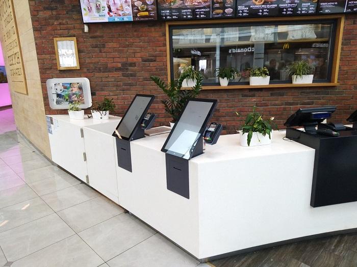 Na samoobslužné kiosky na jednotlivých restauracích připadá 15–25 % objednávek, KFC plánuje, že časem se zde uskuteční až čtvrtina objednávek, zdroj: KFC.