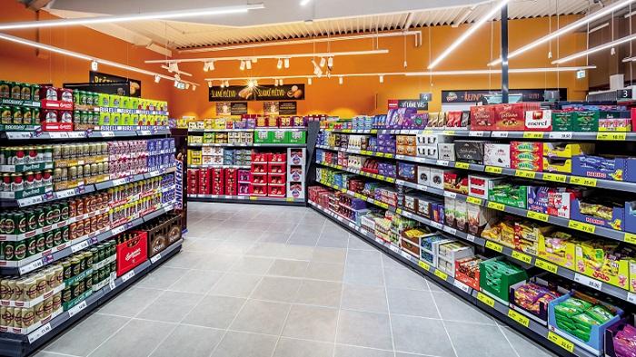 Snížené regály, zkratky do oddělení a změna osvětlění, to jsou některé ze změn, díky kterým se zákazníci domnívají, že nové prodejny nabízejí více výrobků, ač to není pravda. Zdroj: Penny Market