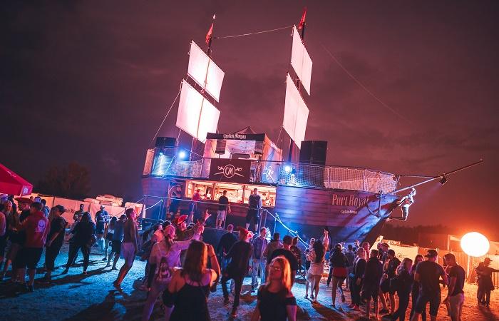 Přes 17 metrů dlouhou, téměř 8 metrů širokou a 13 metrů vysokou loď si na letní festival přichystal rum Captain Morgan, zdroj: Stock Plzeň-Božkov.