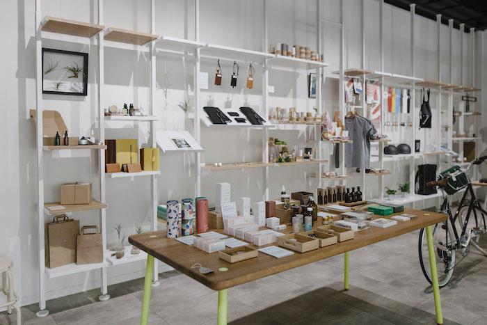 Produkty mohou být vystaveny na stole či regálech, zdroj: Shop Up Stories.