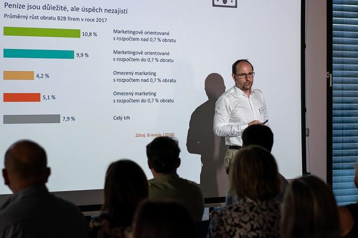 Tomáš Soukup ze společnosti B-inside ukazuje, že vyšší rozpočet automaticky úspěch nezajistí, foto: Milan Mošna.