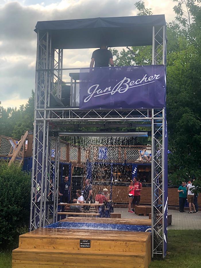 Fontána s DJským pultem v Becher Zone, foto: MediaGuru.cz