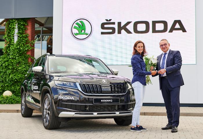 Luboš Vlček předává Martině Sáblíkové nový vůz Škoda Kodiaq Scout, zdroj: Škoda Auto.