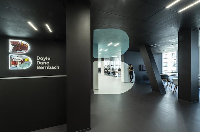 Hned u vchodu do nových kanceláří si hraje prostor s optickou iluzí, zdroj: DDB.