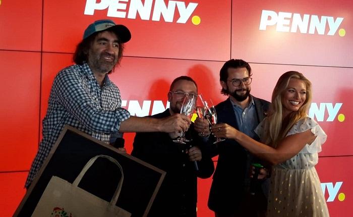 Na tiskové konferenci Penny Market odhalil nové vzory ekologických tašek. Dva z tvůrců Lucie Borhyová a Jakub Kohák byli přítomni. Zdroj: MediaGuru