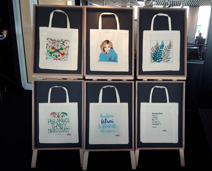 Z první edice se prodalo všech zhruba 600 tisíc kusů tašek, druhá edice má podobný náklad. Tyto tři jsou od Jakuba Koháka, Hany Zagorové a skupiny Chinaski. Zdroj: MediaGuru