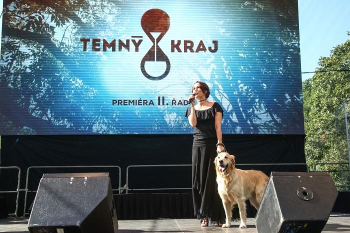 Tiskovou konferenci moderovala Tereza Kostková, která účinkuje v seriálu Temný Kraj II. Doprovázel ji pes Egon, rovněž ústřední aktér seriálu Temný Kraj, foto: FTV Prima.