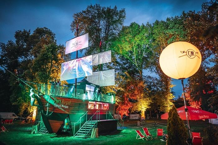 Na plachty se promítá po setmění videomapping, zdroj: foto: Petr Klapper.