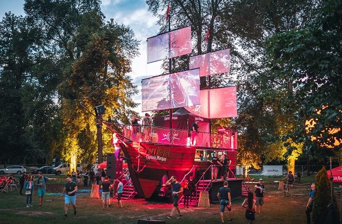 Captain Morgan nabízí na palubě své lodě bar, stage i relax zónu, foto: Petr Klapper.