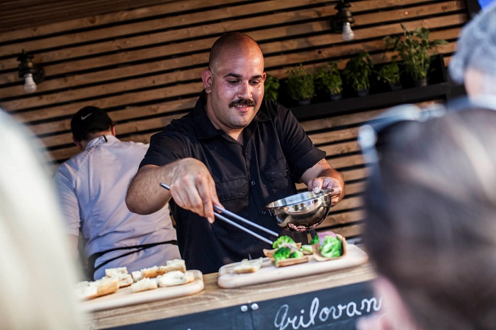 Loni se o gastronomickou nabídku postaral Daniel González (na fotografii), letos Bugsy's Bar, zdroj: Becherovka Pernod-Ricard.