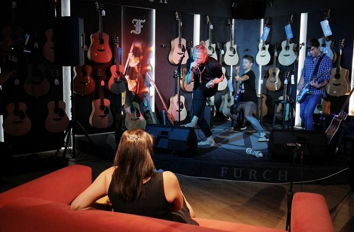 Tomáš Klus a jeho kapela hrají pro jediného diváka na prodejně Kytary.cz, zdroj: Elite Solutions.
