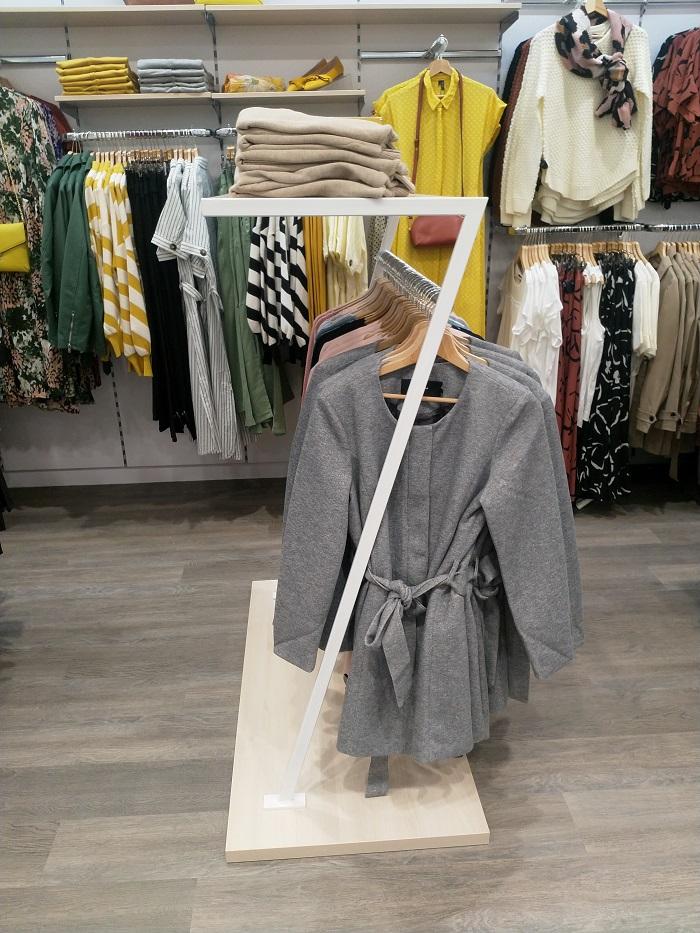 Oblečení visí mimo jiné i na stojanech ve tvaru Z, foto: ZOOT.