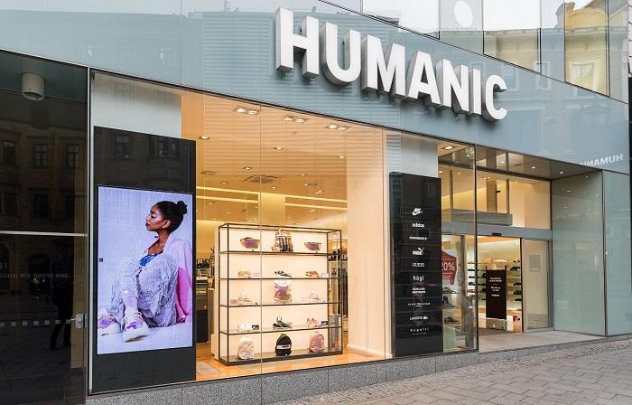 Součástí prodejen jsou nově multimediální obrazovky, prodavači mají k dispozici iPhony. Zdroj: Humanic ČR