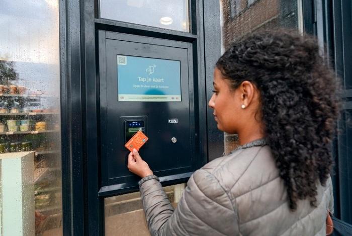 Pro vstup do prodejny je třeba naskenovat platební kartu.