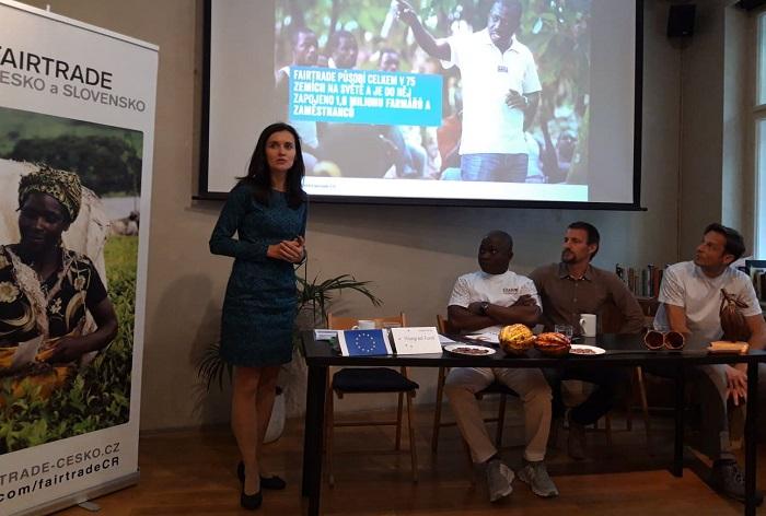 Jana Malíková, ředitelka Fairtrade ČR a SK, na tiskové konferenci představila také zástupce pěstitelů kakaa Ousmane Traore z Pobřeží slonoviny, foto: MediaGuru.