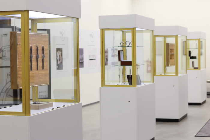 Hodinky jsou prezentovány na podsvícených dubových kazetách i ve volně stojících vitrínách, zdroj: Elton hodinářská.