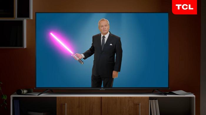 Moderátor Alexandr Hemala tváří desetidílné série kampaně televizí TCL. Zdroj: TCL
