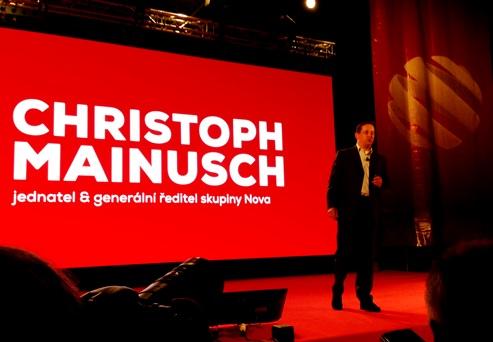 Generální ředitel Nova Group Christoph Mainusch prezentuje podzimní schéma.