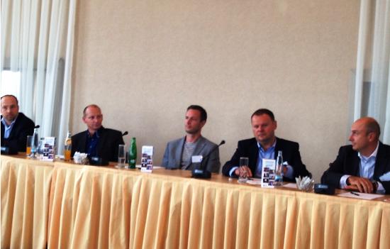 Panel k televizní reklamě v roce 2015. Zleva: Jan Ksandr, Miroslav Machek, Petr Jelínek, Petr Majerik a Jan Vlček.