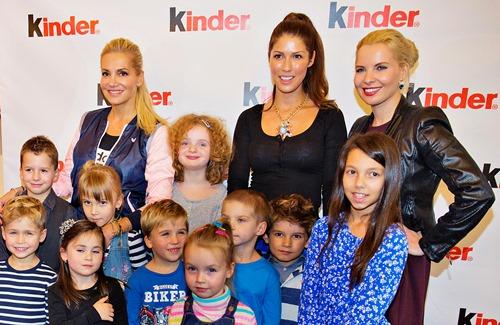 Výherci soutěže a nové tváře obalů čokolády Kinder s porotkyněmi Darou Rollins, Victorií a Kateřinou Kristelovou